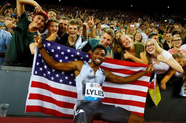 Lyles viert feest met zijn fans.  Beeld REUTERS