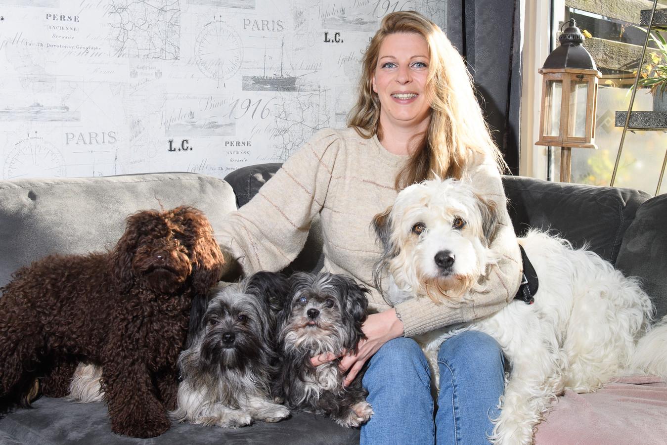 """Ramona Stoeten tussen haar honden. """"Hoe kun je een huisdier dumpen als een stuk vuil?"""""""