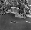 Zwijndrecht, met rechts het Veerplein en nog maar een enkele flat in 1961.