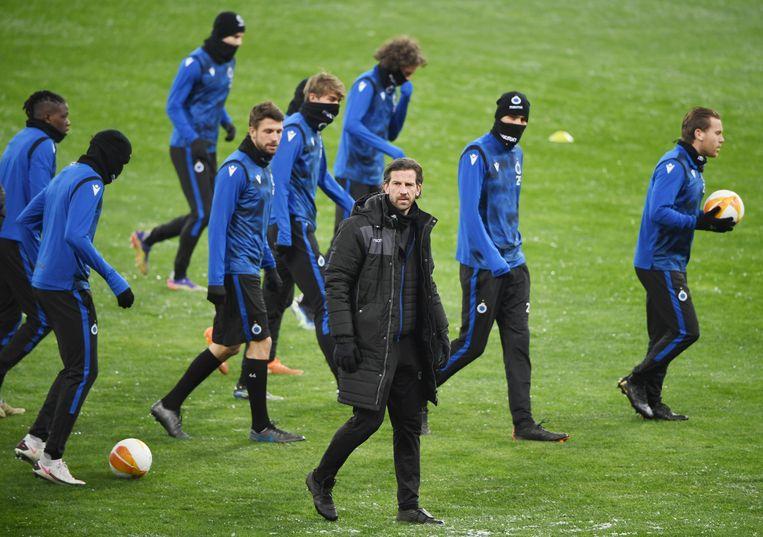 Interim-coach Rik De Mil betreedt het veld van Dinamo Kiev. Beeld BELGA