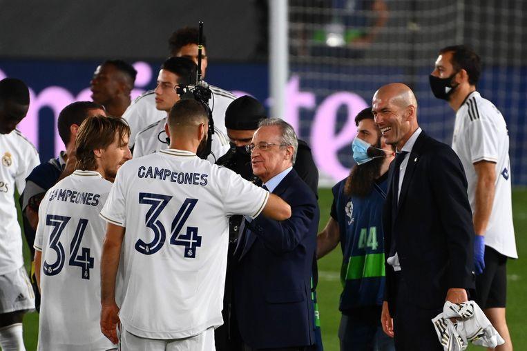 Florentino Perez schudt de handen van de spelers van Real Madrid na het behalen van het kampioenschap vorig seizoen. Beeld AFP