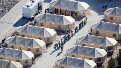 Honderden kinderen zonder papieren midden in de nacht naar Texaans tentenkamp verscheept