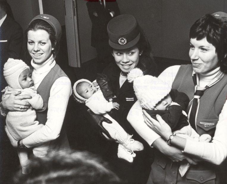 Februari 1972. Op Schiphol komen ter adoptie dertien Koreaanse weeskinderen aan.  Beeld Hollandse Hoogte / Spaarnestad Photo