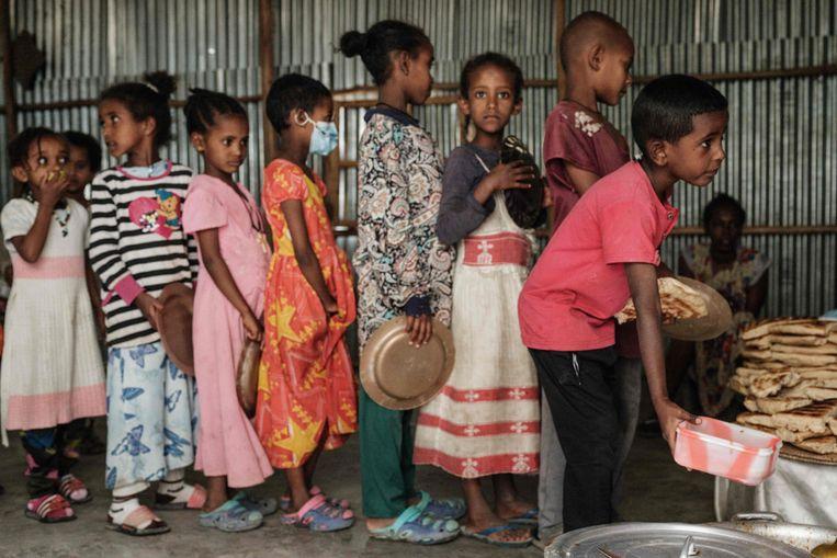 Inwoners van Tigray die het geweld zijn ontvlucht, staan in de rij voor eten in Mekele, de hoofdstad van Tigray. Beeld AFP