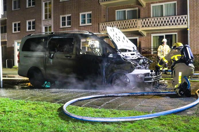 De brandweer kon de bestelbus niet meer redden.