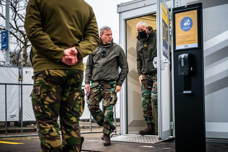 Oud-commandant der Strijdkrachten Rob Bauer bezoekt de XL-teststraat in Eindhoven.  Beeld ANP