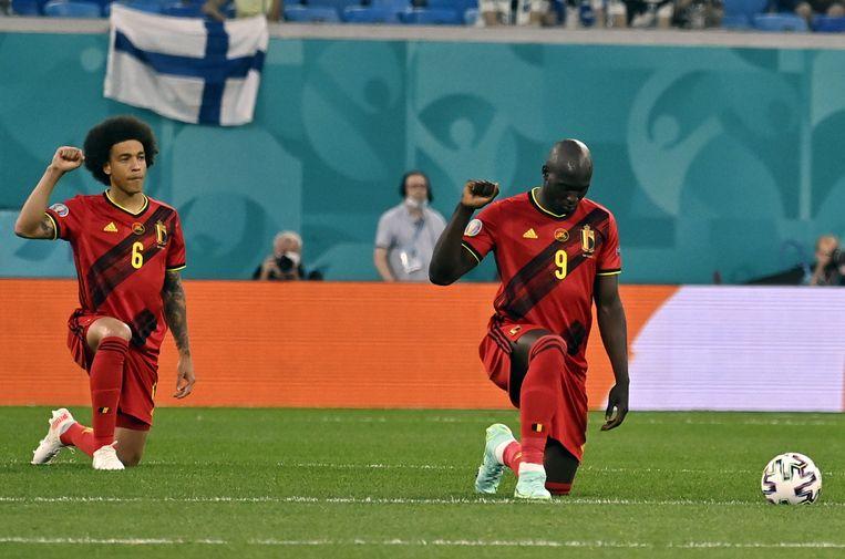 'Grote voetballers hebben veel impact. Daarom is het zo lovenswaardig wat de Rode Duivels doen door te knielen: ze hebben genoeg van het racisme, én komen daarvoor uit.' Beeld BELGA