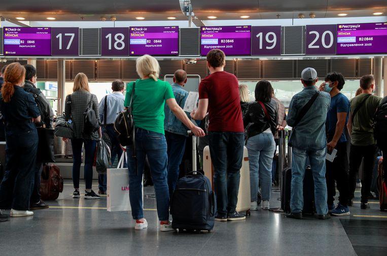 Passagiers in Oekraïne staan klaar om in te checken voor een vlucht naar Minsk met Belavia, vermoedelijk de laatste voordat Oekraïne zijn vluchten staakt op Belarus.  Beeld REUTERS