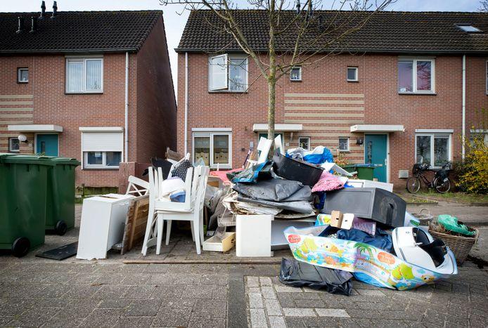 De stapel grofvuil aan de Vijftigbunder in Breda groeit nu de buurt er telkens spullen bij gooit.