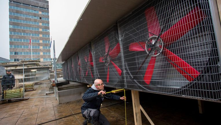 Reuzestofzuigers worden bij de ondergrondse parkeergarage van het Stadhuisplein in Eindhoven geplaatst. Beeld Arie Kievit