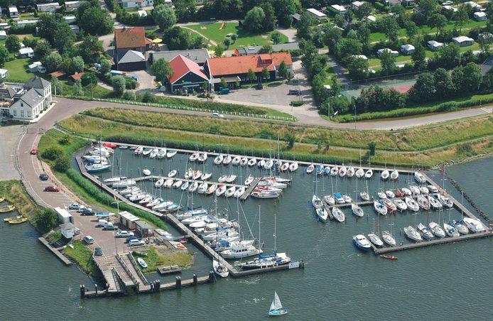 Camping De Veerhoeve (bovenaan de foto) ligt vlakbij de jachthaven in Wolphaartsdijk.