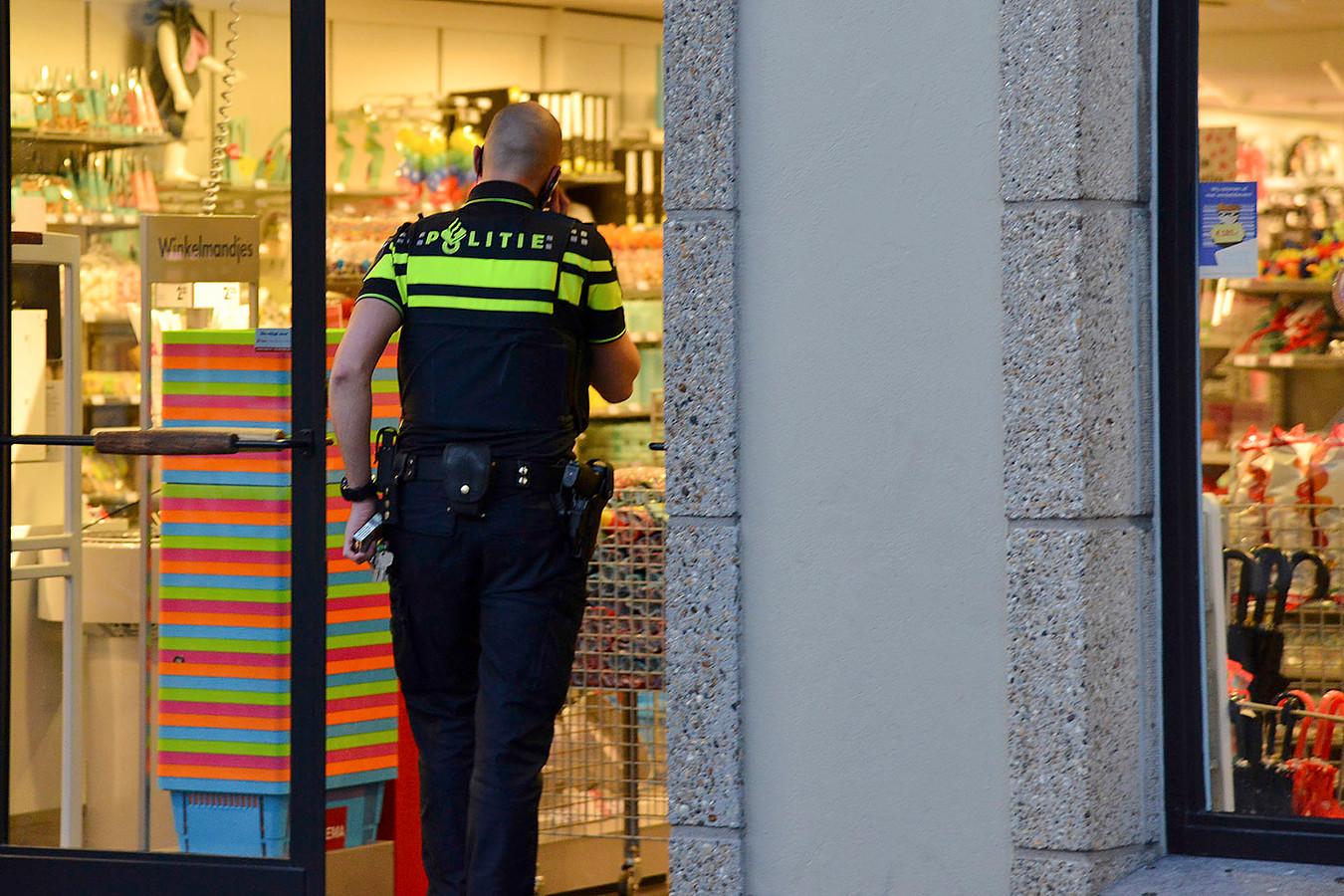 Gewapende overval op HEMA in Princenhage; politie zoekt dader. Foto Perry Roovers / MaRicMedia