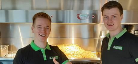 Stefan en Ramon staken hun centen in failliete zaak en drijven nu het beste cafetaria van Overijssel