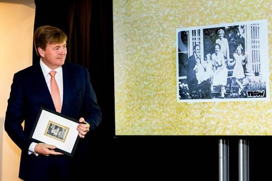 Koning Willem-Alexander kreeg een reproductie van een ansichtkaart die in de kamer van Anne Frank hangt in het Achterhuis.