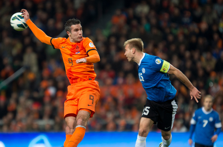 2013: Robin van Persie in duel met Ragnar Klavan van Estland.
