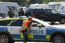 Politie en andere hulpdiensten staan voor de ingang van de gevangenis