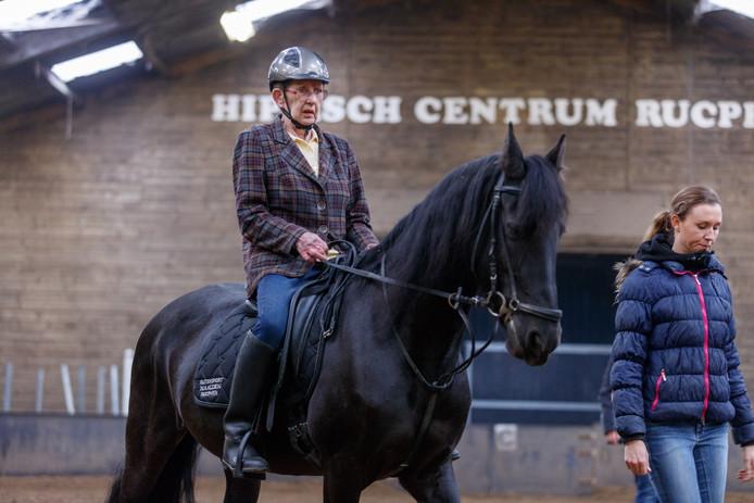 Nog eenmaal rijdt Ans Bello-Witkam op een paard.