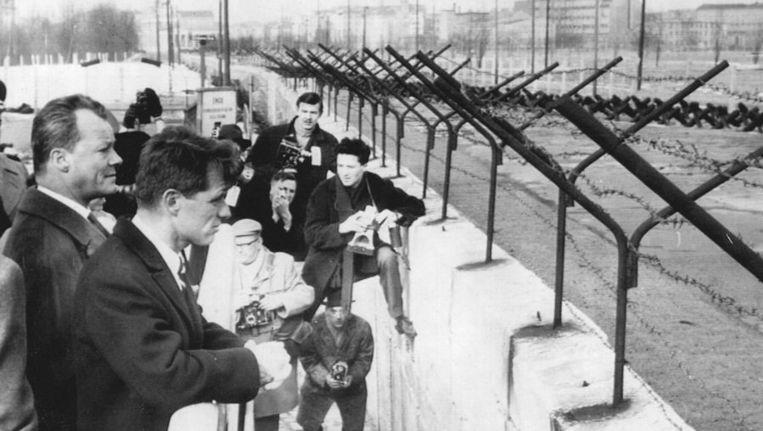 Een beeld van het bezoek van de Amerikaanse minister van justitie Robert Kennedy, aan West Berlijn samen met burgemeester Willy Brandt kijkt hij over de muur naar Oost Berlijn Beeld ap