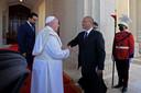 Paus Franciscus schudt president Saleh de hand bij aankomst in het paleis.