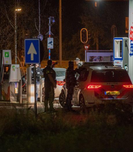 Politie in kogelwerende vesten zoekt rond Scheg in Deventer naar man met vuurwapen