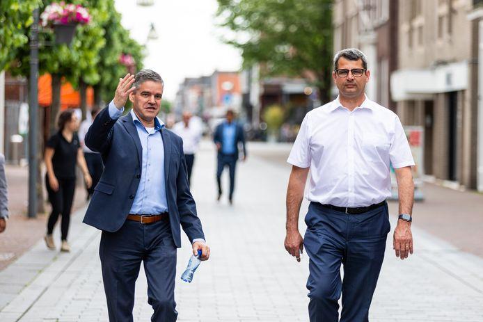 Eric Daandels (links) in zijn rol als wethouder van Waalwijk. Naast hem gedeputeerde Erik Ronnes uit Boxmeer.
