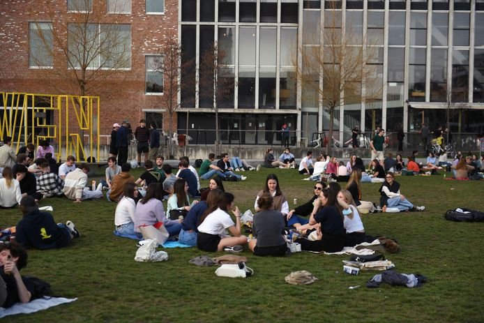 Studenten die met elkaar contact opzoeken in Leuven.