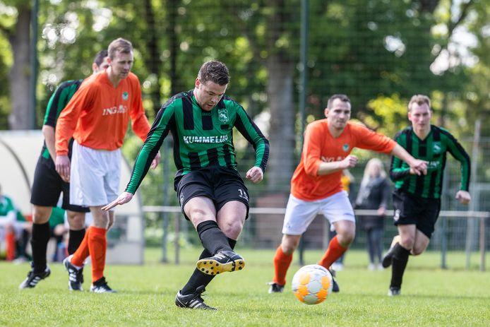 Op sportpark De Meikamer in Nieuw Dijk kunnen de Sprinkhanen (groen-zwart) komend seizoen op kunstgras voetballen.