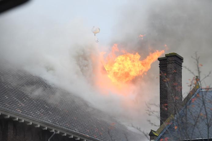 De vlammen slaan uit het dak van de rooms-katholieke kerk in Hoogmade.