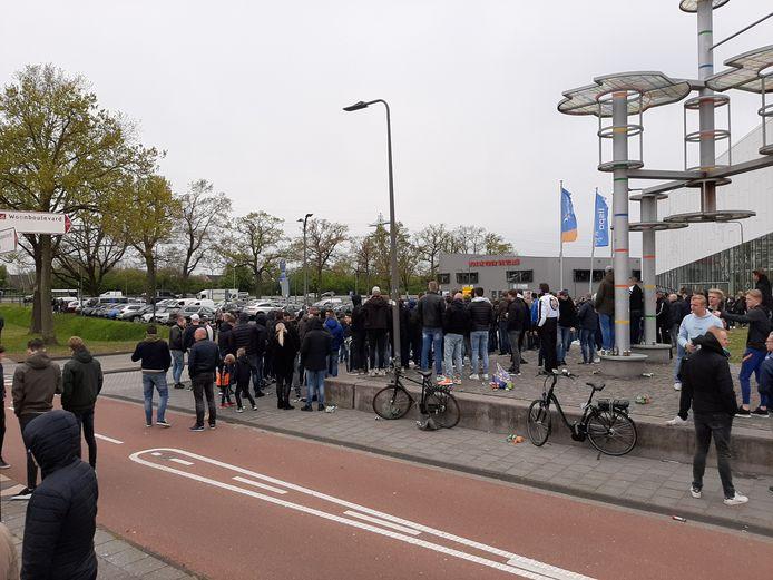 Honderden uitgelaten fans wachten bij Erve Asito in Almelo op het vertrek van de spelersbus van Heracles naar Enschede, waar vanmiddag de beladen Twentse derby tegen FC Twente wordt gespeeld.