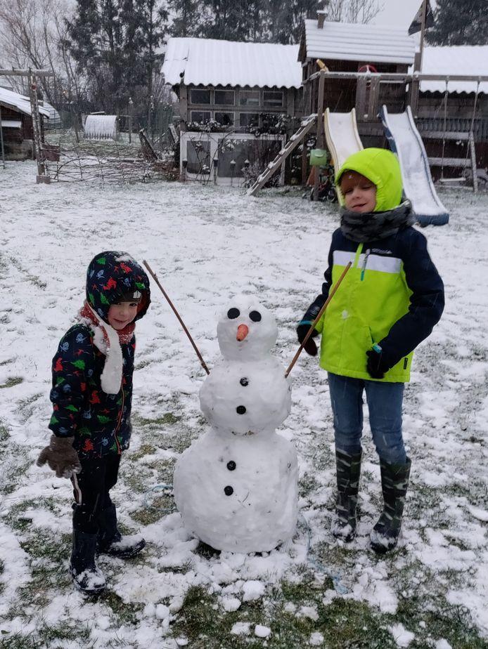 Elias ( rechts) en Jack slaagden er in Tielt-Winge ook in om een sneeuwman te maken.