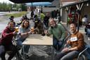 Ferenc, Arno en Ryan komen nieuwe uitbaters Dylan en Yoshi steunen door een pintje te drinken. Op de achtergrond herkennen we vorige uitbater Jean-Pierre Deven.