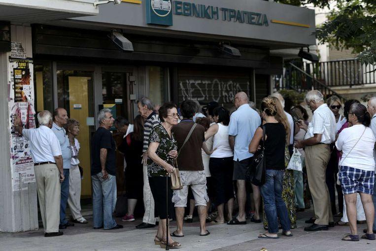 Rijen voor de Griekse banken. Beeld anp