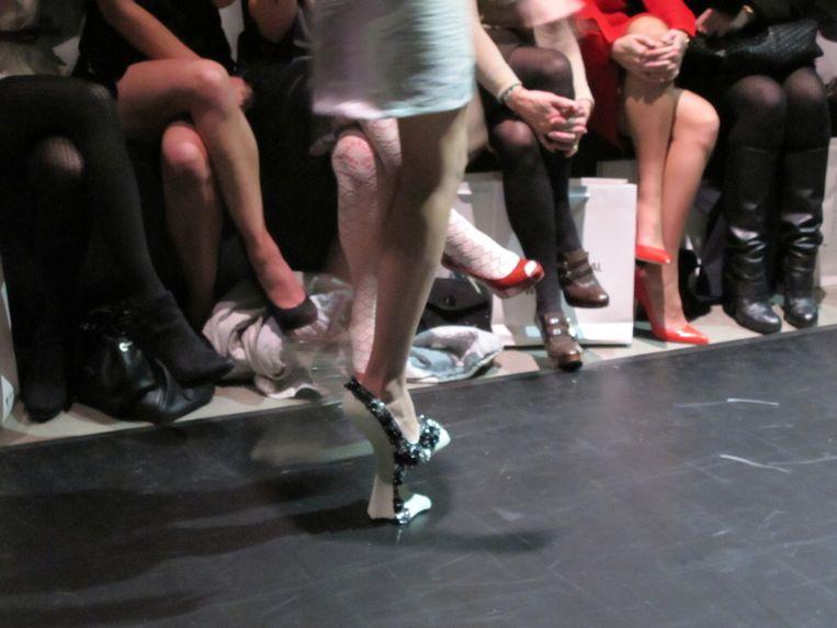 De nieuwe schoen: een schoen op een voetje. Beeld null