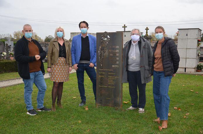 Het Haaltertse gemeentebestuur onthult de gedenkplaat voor de coronaslachtoffers op de begraafplaats in Haaltert.