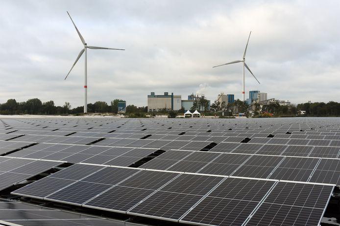 Een zonnepark, meer dan 17.000 panelen rijk, ligt op het water aan de fabriek van Sibelco.