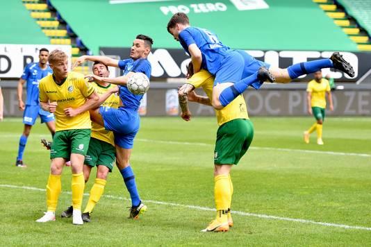 Vitesse-verdediger Jacob Rasmussen klimt op de rug van tegenstander Sebastian Polter om op doel te koppen.