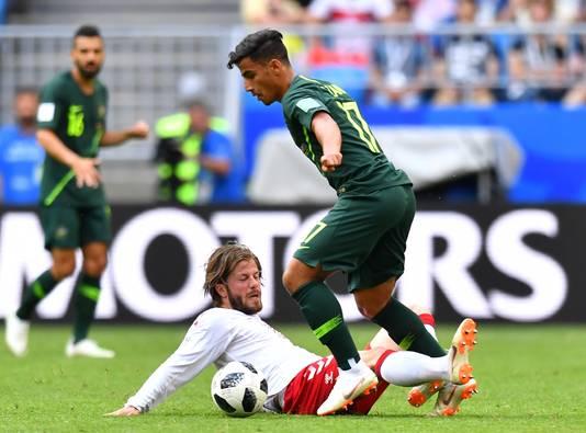 Lasse Schöne zet een tackle te laat in bij Daniel Arzani tijdens Denemarken-Australië. Komen de twee elkaar komend seizoen in de eredivisie weer terug.