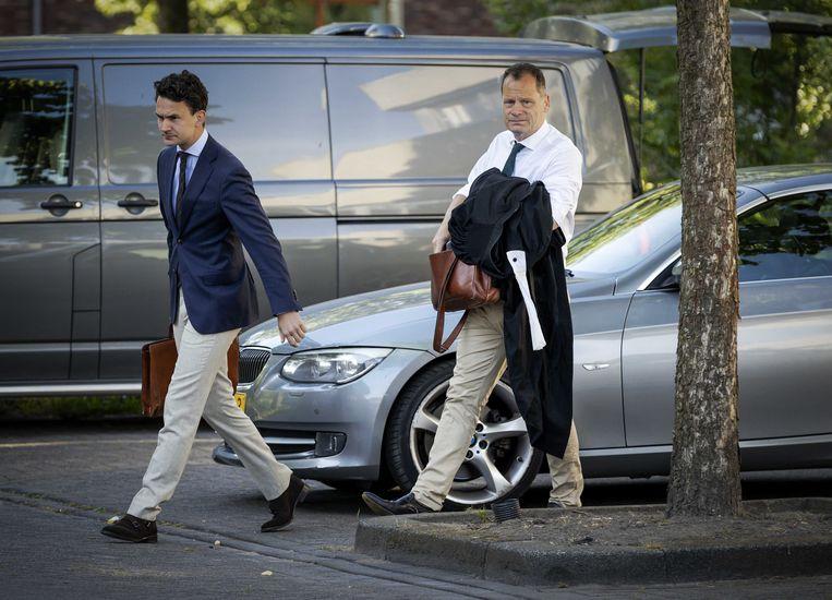 Advocaat Leon van Kleef (r) komt aan bij de gerechtsbunker. Beeld ANP