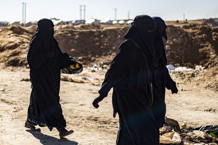 Drie Franse vrouwen in het door Koerden beheerde kamp Al Hol, in Syrië. Beeld AFP