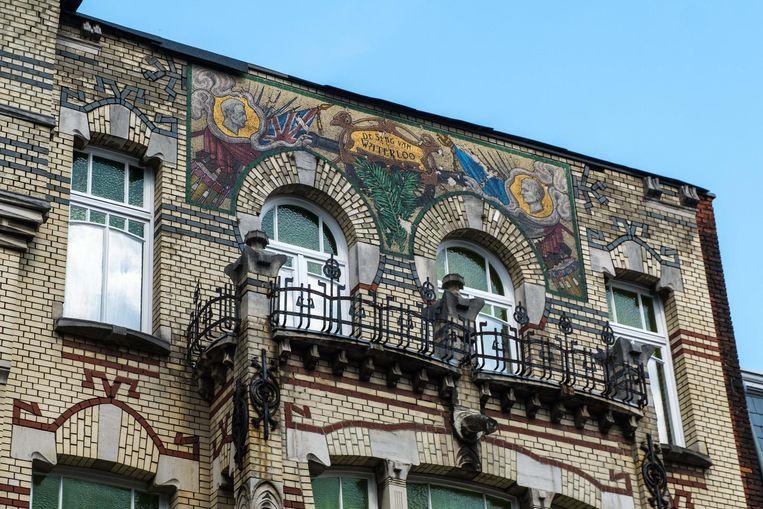 De uitzonderlijk waardevolle gevelmozaïek op de woning in de Waterloostraat.