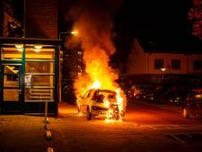 Twee auto's uitgebrand in Arnhem, andere voertuigen raken beschadigd