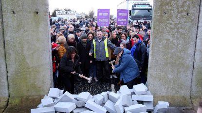 Demonstranten bouwen valse controlepost aan Ierse grens om te waarschuwen voor harde grens
