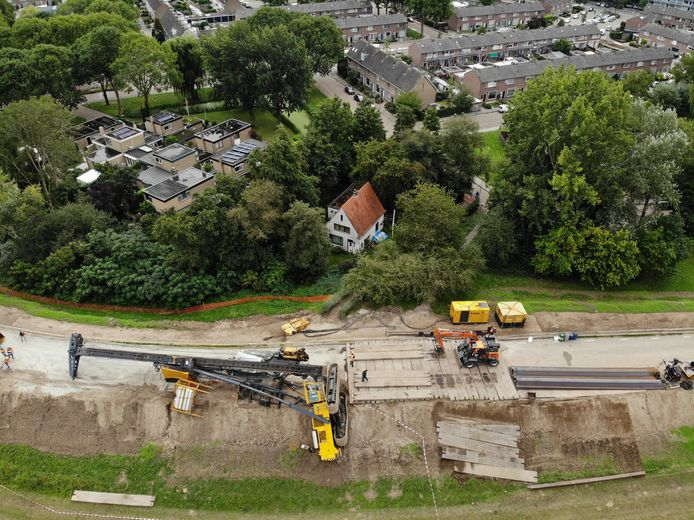 De omgevallen kraan op de Lekdijk bij Vianen. Op de achtergrond is de woonwijk te zien.