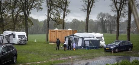 Rapportcijfer 2 voor het weer, maar kampeerders in Twente zijn doorzetters: 'Beter dan Netflix kijken'