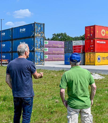 Buurtbewoners Neerstraat zijn containermuur in achtertuin helemaal beu: 'Alles zonder overleg'