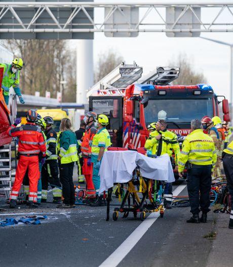 Flinke kop-staartbotsing tussen twee vrachtwagens op A15: beide bestuurders gewond