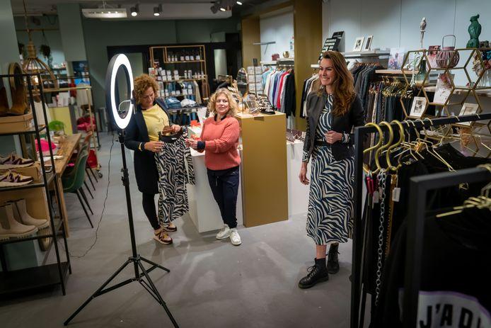 Model Patrice Gerressen toont voor de camera kleding uit het assortiment van Bloggerfields. In het midden Monique Bouwmeister, links Susan Broekman.