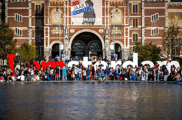 Toeristen bij de letters 'I amsterdam' op het Museumplein.