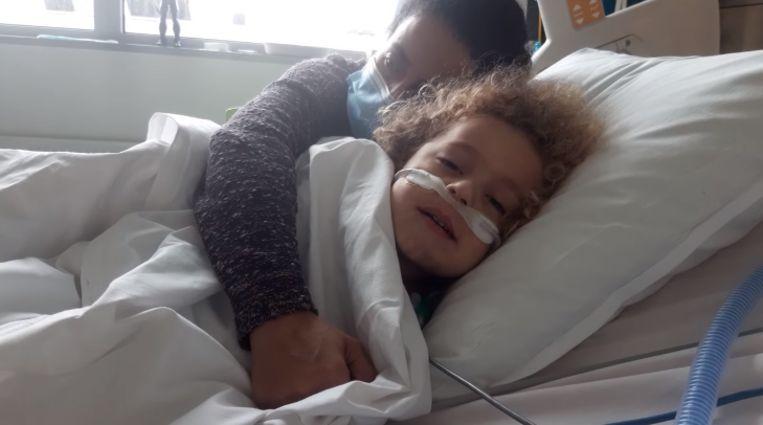 Kaïs (4) in het ziekenhuis. Beeld Facebook/Grégory Chaudy