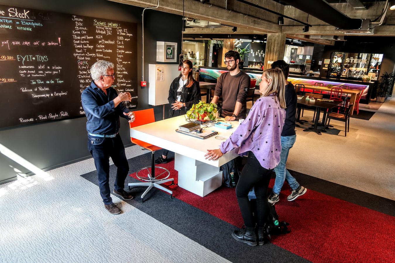 Henk Janssen van het Doetinchemse innovatiecentrum De Steck geeft studenten uitleg over het Achterhoekse bedrijfsleven.